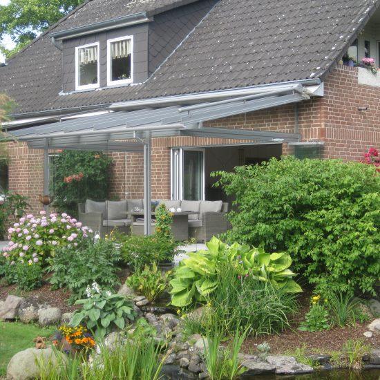 schönes Glashaus mit Schiebefaltwand zum Wohnzimmer